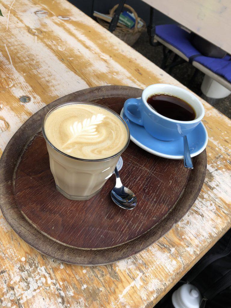 Günstiger hipper Kaffee während der Schafstour durch Freiburg.