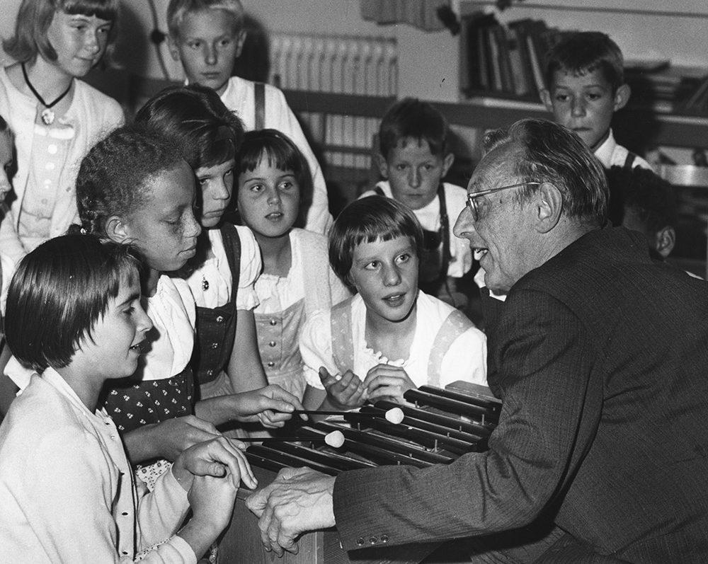 Bild: orff.de | Carl Orff im SOS-Kinderdorf, Dießen 1964